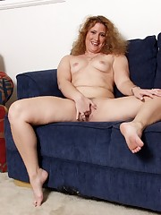 Frizzy haired curvy girl diddles her snatch